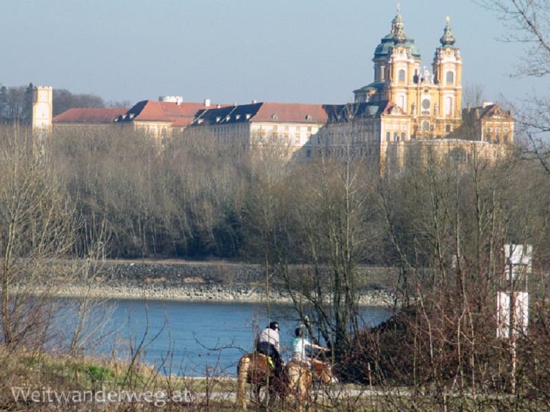 Fluss Donau bei Emmersdorf in Niederösterreich mit Stift Melk im Hintergrund