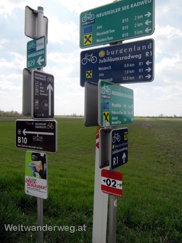 Wegmarkierungen bei Neusiedl am See im Burgenland