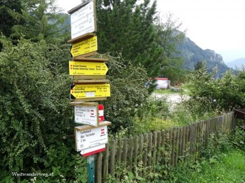 Wanderwegweiser bei der Grünburger Hütte im Nationalpark Kalkalpen