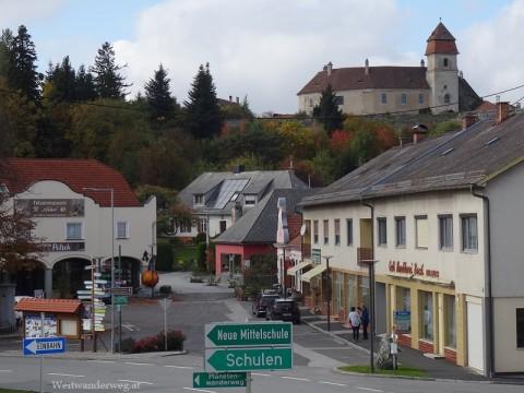 Hauptplatz von Bernstein im Südburgenland mit der Burg Bernstein