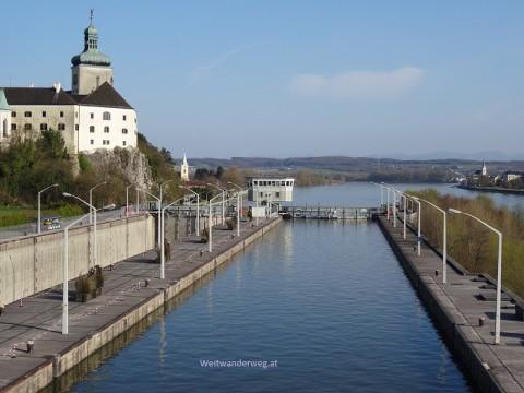 Kraftwerksmauer Ybbs-Persenbeug, Donau, eine Schleuse für Schiffe, links Schloss Persenbeug, rechts hinten ein kleiner Teil von Ybbs.