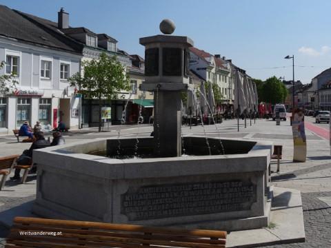 Brunnen im Ortszentrum von Amstetten, Niederösterreich