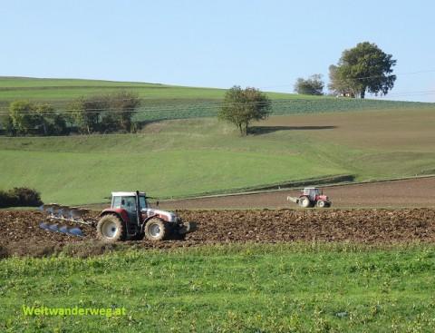 Bauern mit Traktoren und Maschinen im Nibelungengau