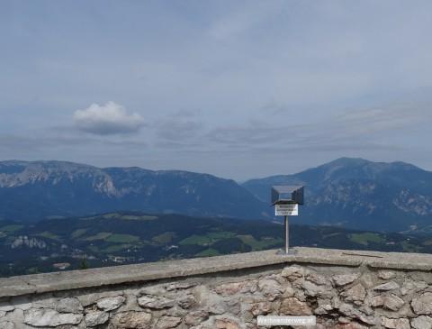 Ausblick vom Sonnwendstein in Niederösterreich auf Rax und Schneeberg