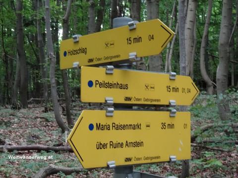 Wanderwegweiser am Peilstein im südlichen Wienerwald