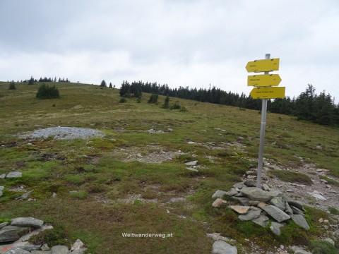 Terenbachalm Höhenweg mit Wegweisern
