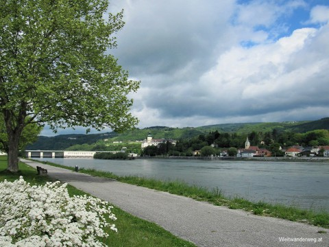 Donaupromenade bei Ybbs mit dem Kraftwerk Ybbs/Persenbeug