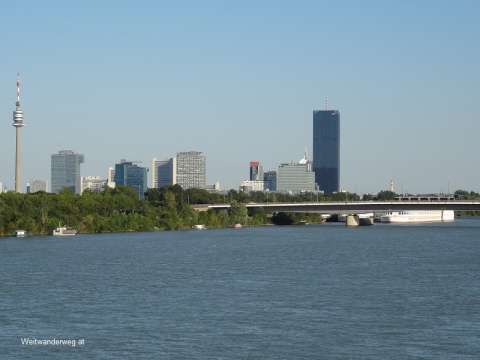Donau City mit DC-Tower, UNO-City und Donauturm