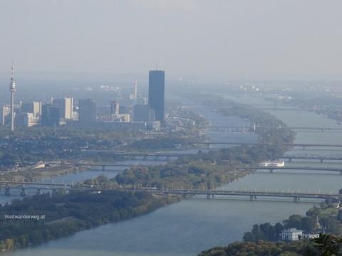 Aussicht vom Leopoldsberg in Wien Döbling über Donau, Donauinsel, Donaubrücken, Donau-City