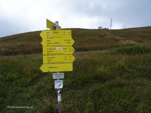E6 Wanderwegweiser in der Steiermark, Koralpe. Hier verläuft auch die Via Alpina